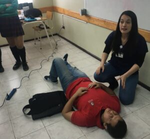 estudiantes UNAB enseñan RCP a escolares
